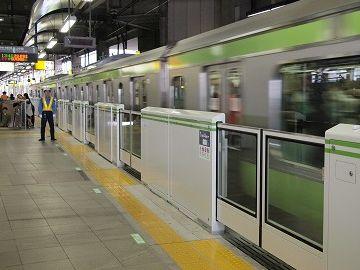東京のホームは混むので、ホームドアが無いと、黄色い線の内側を歩く人がいて危険なんでしょうね
