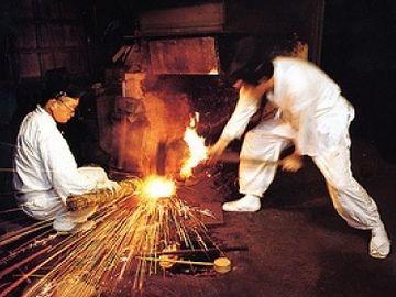 堺の包丁は、鋼から打ち鍛えるんです