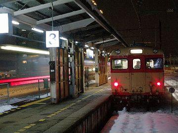 夜の『富山駅』。ヘタすれば凍死です。
