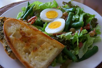ジャムとバターを塗ったトーストに、野菜サラダ