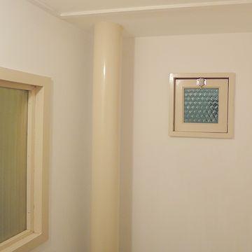 左の窓の向こうは浴室です