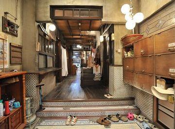 玄関で靴を脱ぐ方式のアパート。こういうのもいいですよね。