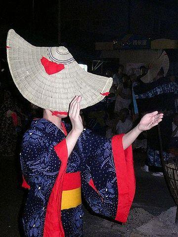 端縫いを許される前の女性は、藍染めの浴衣
