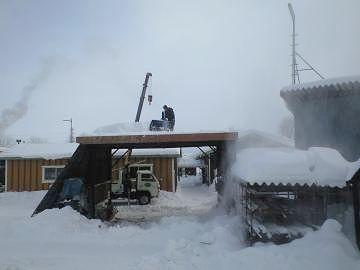北海道では、屋根に除雪機を上げてる人がいました。後ろのクレーンで吊ったんでしょうね。