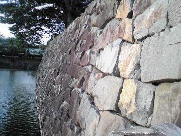 お城の石垣みたいに、モルタルなどを使わない積み方を、空積み(からづみ)と云います
