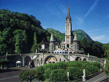 ルルドの洞窟はカトリックの聖地となり、大聖堂が建てられた