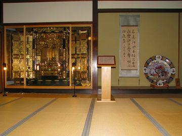 床の間の隣が、仏壇になってます