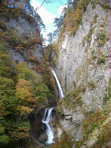『松見の滝』。落差90メートル。