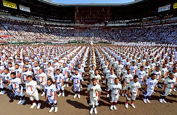 夏の甲子園大会開会式。49チーム×18人=882人くらいでしょうか?