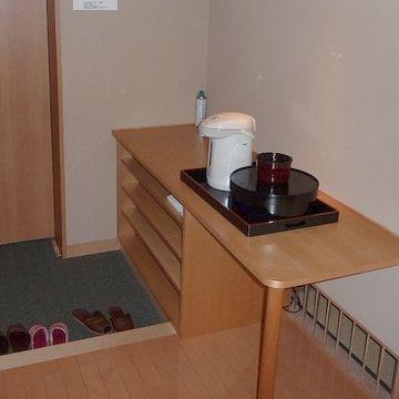 入口に電気ポットとお茶セット