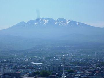 青森市街から見た八甲田山