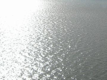 湖面が竜の鱗のように光る