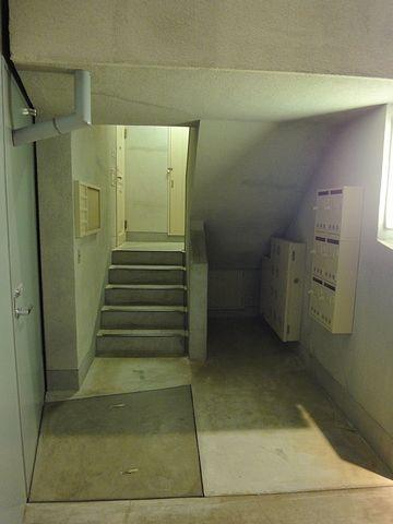 1階の部屋でも、階段を少し上がります