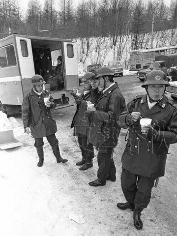 隊員たちは、湯気の立つカップヌードルを、美味しそうに食べました