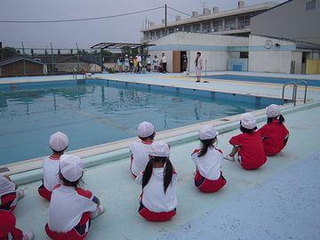 小学校のプールが満杯