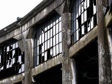廃墟状態の「豊後森機関庫」