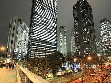 西新宿の高層ビルを眺めながら歩く