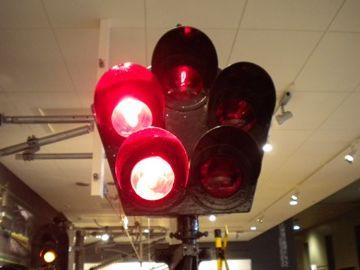 信号の赤いランプがぐるぐる回って、危険を知らせるわけです