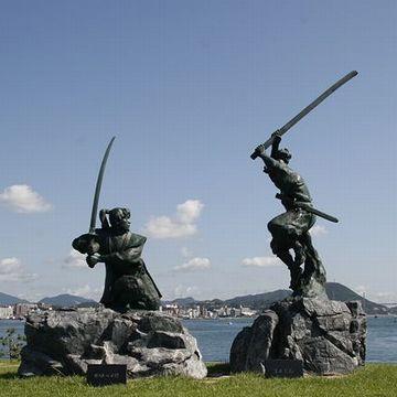 巌流島(山口県下関市)に建つ、決闘の像。故事にちなみ、武蔵の像は遅れて建立されたそうです。