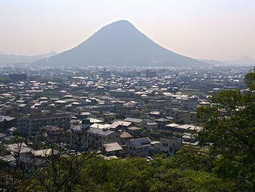 丸亀市街と飯野山(讃岐富士)。いい形の山ですね。この画像は、現存する丸亀城から撮影されたもの。