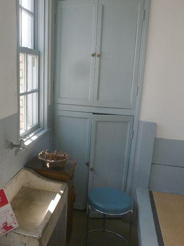 宿直室奥の扉は、トイレへの入口
