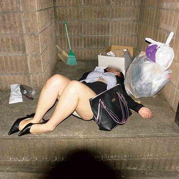 ゴミステーションに廃棄された酔っぱらい女
