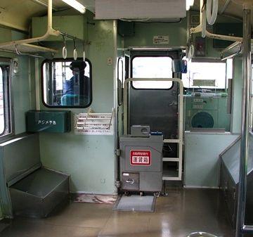 JR東日本『弥彦線』のワンマン列車。運賃箱がありますね。乗ったことが無いので、システムはわかりません。