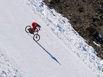 下り坂での自転車の世界記録は、時速210.4㎞だそうです。