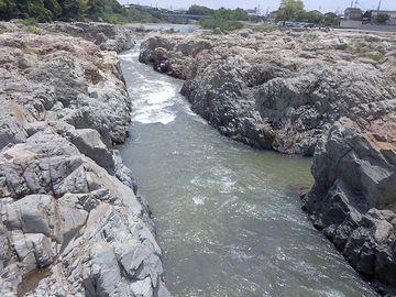 『闘竜灘(兵庫県加東市)』に、明治時代に掘られた水路
