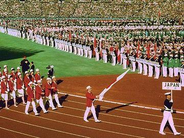 東京オリンピック><br> ↑ユニフォームが時代を感じさせます。敗戦の焼け野原から、たった19年でここまで来たんですよ。<br> <br>  でも、東西線の開業日は12月23日ですから……。<br>  残念ながら、オリンピックには間に合ってません。<br> <br>  古い路線なので、比較的浅いところを通ってます。<br>  長い地上区間があることも、大きな特徴。<br>  東端の『南砂町-西船橋』間が地上区間です。<br> <img src=