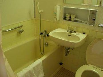 """しらかば""""デラックスルームのバス・トイレ(リニューアルされてるかも知れません。現在は、すべてシャワートイレだそうです)"""