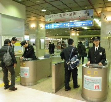 金沢駅。なんと! 有人改札です。駅の外観とは真逆の印象。箱に入ってる駅員さん、久しぶりに見ました。