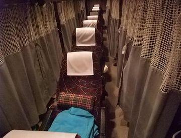 真ん中の座席もカーテンで仕切れる車両があるようです