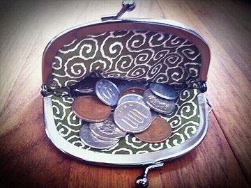 人の財布を覗きおって