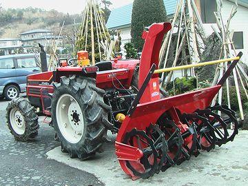 トラクターにアタッチメントを取り付けると、強力な除雪機になるのです