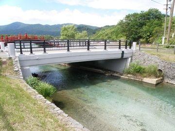 太鼓橋のすぐ下流には、立派なコンクリート橋がかかってます