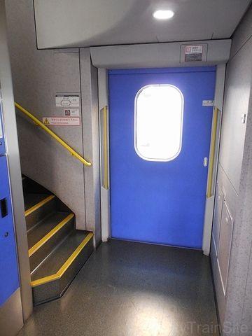 2階建てE4系のデッキは、2階と1階の中間にあります