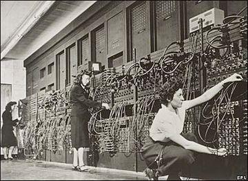 この女性たちは、プログラムを変更するため、配線を変えてるそうです