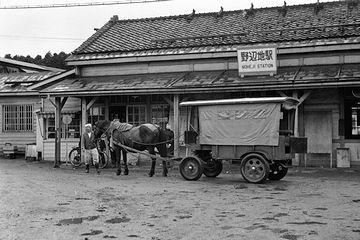 1950年代の野辺地駅。馬車は、小学生の通学用だったそうです。