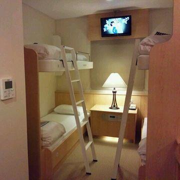 """""""すずらん""""ステートルーム(旧・1等船室)4人部屋。グループ旅行に最適。"""