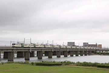 馬入川橋梁を渡る『踊り子』15両編成