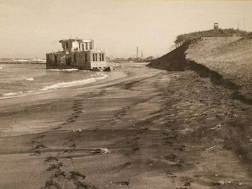 昭和24年ころの新潟測候所。海岸侵食のため、海中に没しました。