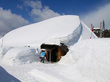 雪に覆われた大型竪穴住居