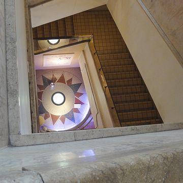 螺旋状の階段が吹き抜け
