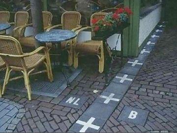 カフェの脇を通る国境線。右がベルギー、左がオランダ。