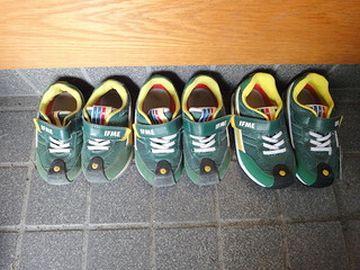 何で同じ靴なのよ?