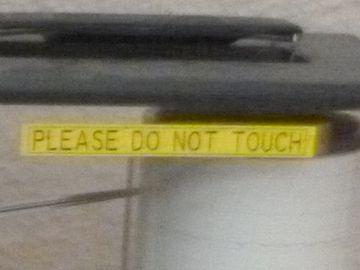 触るなと書いてあるだけ