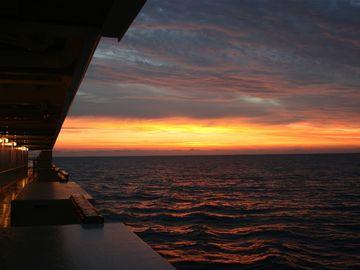 日の出を待つ小樽港。夏なら、こんな景色の中での入港となります。
