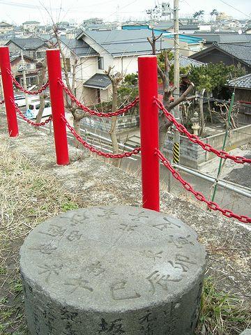 新潟市の日和山に残る『方角石』