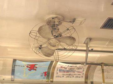 千葉の小湊鉄道では、現役車両に扇風機が付いてるようです